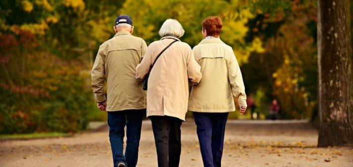 personnes agees en promenade