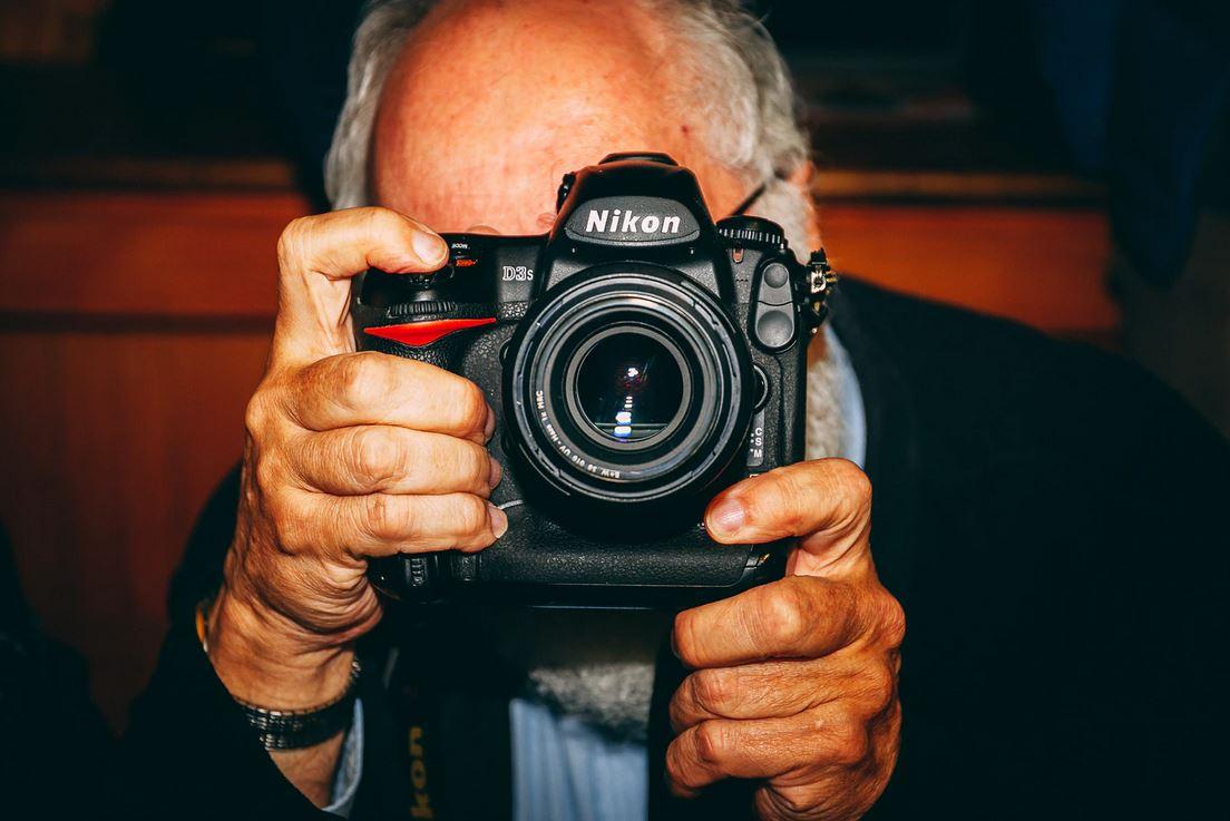 sénior tenant un appareil photo